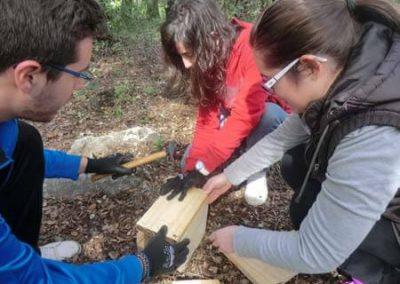 Alumnos construyendo una caja nido